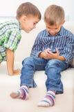I due fratelli sta giocando Fotografie Stock