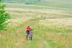 I due fratelli stanno camminando su una bici Immagine Stock Libera da Diritti