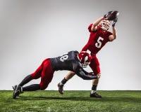 I due giocatori di football americano nell'azione fotografie stock libere da diritti