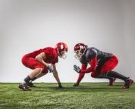 I due giocatori di football americano nell'azione fotografia stock