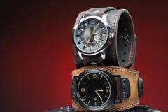 I due orologi degli uomini con l'ampio braccialetto di cuoio Fotografia Stock