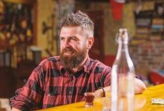 i E 有饮料和放松的酒吧放松的地方 有胡子的人花费休闲 免版税库存图片