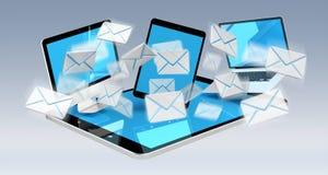 I email di Digital che volano tramite i dispositivi scherma la rappresentazione 3D Fotografie Stock