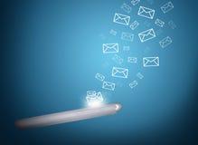 I email volano dallo schermo dello smartphone Immagine Stock