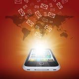 I email volano dallo schermo dello smartphone Fotografie Stock Libere da Diritti