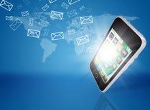 I email volano dallo schermo dello smartphone Fotografie Stock