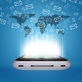 I email volano dallo schermo dello smartphone Fotografia Stock Libera da Diritti