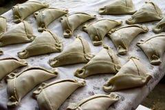 I empanadas aspettano per essere cucinati fotografie stock