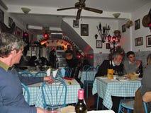 I en Fadomusikrestaurang i det historiska området Alfama lisbon portugal arkivfoto