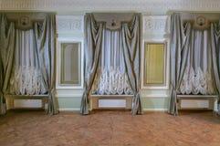 I en stor korridor 3 hängde upp gardiner fönster gardiner royaltyfri foto