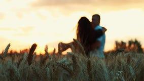 I en veteåker på solnedgången är ett förälskat par arkivfilmer