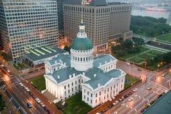 I ett dimmigt regn en högstämd sikt av den historiska gamla Sten Louis Courthouse Domstolsbyggnaden konstruerades av tegelsten i  Arkivbild