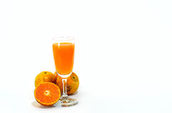 I ett exponeringsglas av orange fruktsaft Royaltyfria Bilder