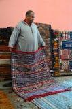 I ett moroccan mattlager Arkivfoto