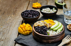 I fagioli neri hanno fritto la ciotola di riso del coriandolo del mango della banana Immagine Stock Libera da Diritti