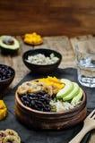 I fagioli neri hanno fritto la ciotola di riso del coriandolo del mango della banana Immagini Stock Libere da Diritti
