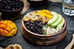 I fagioli neri hanno fritto la ciotola di riso del coriandolo del mango della banana Fotografia Stock Libera da Diritti