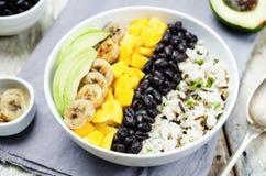 I fagioli neri hanno fritto la ciotola di riso del coriandolo del mango della banana Fotografie Stock