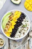 I fagioli neri hanno fritto la ciotola di riso del coriandolo del mango della banana Fotografia Stock