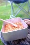 I fagioli in salsa in un manganello possono su un barbecue fotografia stock libera da diritti
