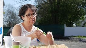 I fagiolini verdi mani femminili di una donna hanno tagliato i fagioli video d archivio