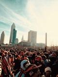 I fan aspettano un'età per entrare in altro concorso di domenica sulla griglia - NFL - MARRONI - DOMENICA fotografia stock