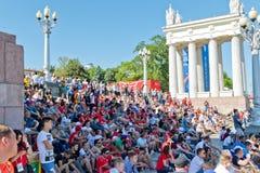 I fan dei gruppi della Tunisia e dell'Inghilterra si sono vestiti nei colori del natio immagine stock