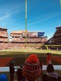 I fan impacchettano alla linea di fondo per incitare il loro Cleveland Browns immagine stock