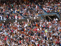 I fan nei supporti fanno l'onda durante il Pro Bowl Fotografia Stock