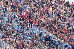 I fan sono sedentesi e guardanti il calcio Immagini Stock Libere da Diritti