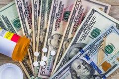 I farmaci da vendere su ricetta medica in U.S.A. sono costosi, concetto, Rx sui dollari americani, disposizione piana immagini stock
