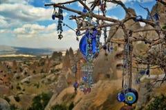I fascini dell'occhio diabolico pendono da un albero nudo in Cappadoci immagine stock libera da diritti