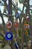 I fascini dell'occhio diabolico pendono da un albero nudo in Cappadoci fotografie stock