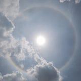 I fenomeni ottici di alone del sole con il cielo nuvoloso nel fondo, Immagini Stock
