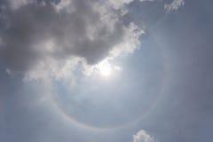 I fenomeni ottici di alone del sole con il cielo nuvoloso nel fondo, Immagini Stock Libere da Diritti