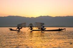I fermi dei pescatori pescano per alimento nell'alba nel lago Inle immagine stock