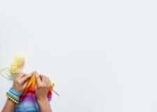 I ferri da maglia della donna hanno colorato il tessuto Vista da sopra Sedere bianche Immagine Stock