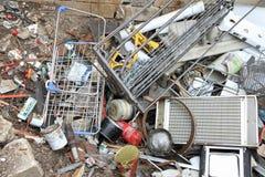 I ferri hanno lasciato nei metalli pericolosi ed in abusivo di un materiale di riporto arrugginiti Fotografie Stock Libere da Diritti