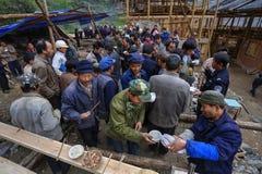I festeggiamenti rurali, paesani bevono l'alcool e prendono il loro alimento t Fotografia Stock Libera da Diritti