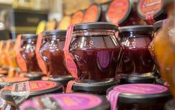 I fichi ed altri frutti si inceppano per la vendita al deposito nella regione della Provenza fotografie stock