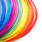 I filamenti di plastica dell'arcobaleno variopinto per 3D rinchiudono mettere sul fondo bianco Nuovo giocattolo per il bambino Fotografia Stock Libera da Diritti