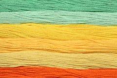 I fili multicolori del cotone per ricamo sono sistemati in una fila Fotografia Stock Libera da Diritti