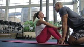 I finises della donna per fare sedere-UPS ed il suo ragazzo la bacia mentre tengono i suoi piedi stock footage