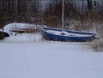 I fiocchi di neve ha coperto la barca Fotografia Stock