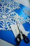 I fiocchi di neve di Natale hanno tagliato da carta immagini stock