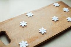 I fiocchi di neve rasentano la disposizione di legno del piano del fondo Concetto divertente della cucina di vacanze invernali Immagini Stock Libere da Diritti