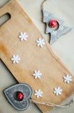 I fiocchi di neve rasentano la disposizione di legno del piano del fondo Concetto divertente della cucina di vacanze invernali Fotografia Stock