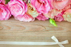 I fiori confinano e retro nastro sulla superficie di legno, annata Immagine Stock