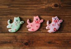 I fiori del gatto della glassa del pan di zenzero colorati festa fatta a mano del regalo cucinano Fotografia Stock Libera da Diritti
