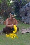 I fiori del yelow di preppers della donna di Islander del cuoco si avvolgono in un vil maori immagine stock libera da diritti